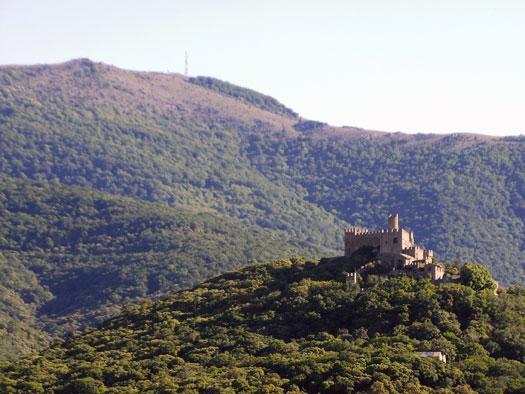 Castell de Requesens amb Puigneulós al fons